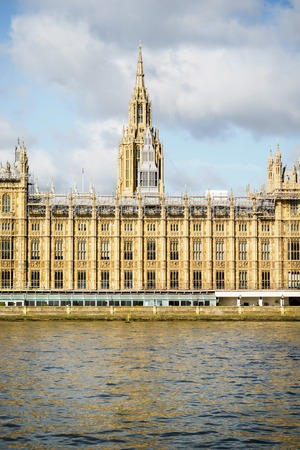 The Palace of Westminster and the Thames river in London 에디토리얼