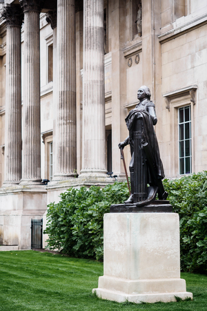 The statue of George Washington in front of the National Gallery in London 에디토리얼