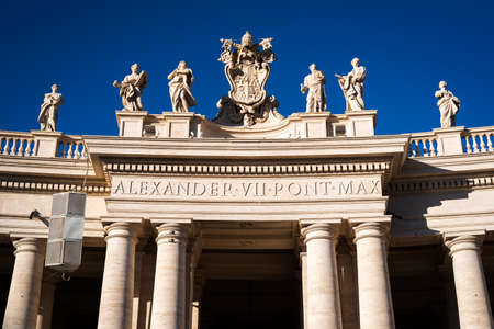 Statues above the columns of the arches around St. Peter's Square at the entrance to the Vatican in Rome, Italy Editoriali