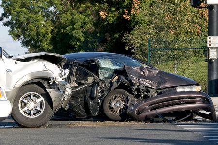 accidente transito: Dos accidentes de veh�culos en una intersecci�n ocupada
