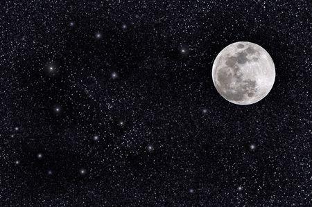 sol y luna: Luna llena en un campo de estrellas masivas