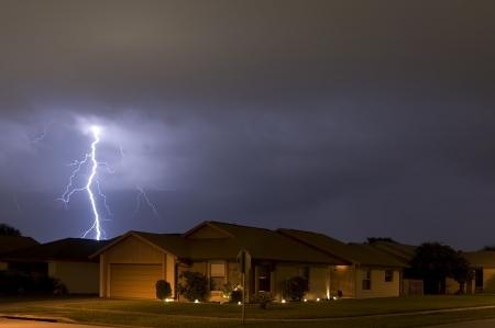 frappe: La foudre la nuit, tr�s pr�s des maisons