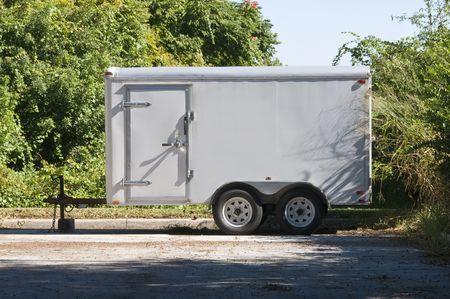 remolque: Parked Off White Utility Trailer esperando para recoger