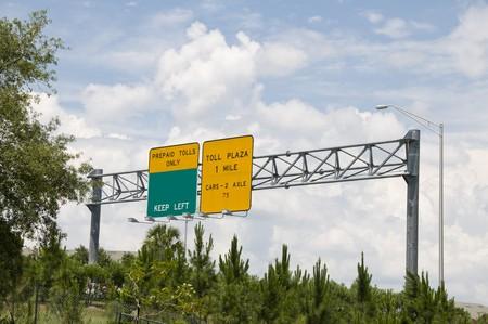 Grün und gelb interstate Toll Plaza Schild Gebühr voran  Standard-Bild
