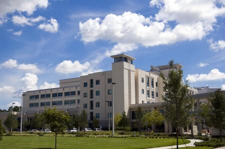 Entrée dans un hôpital avec palme arbre aménagement paysager et de ciel bleu  Banque d'images - 7635202
