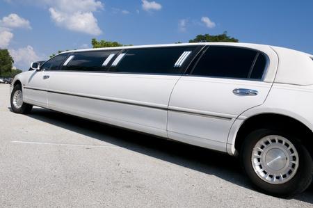 протяжение: Белый лимузин Stretch ждет гостей, чтобы прибыть