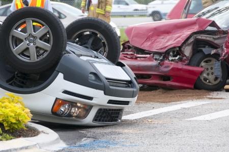 Rollover accidents de véhicules à l'intersection Occupé avec du personnel d'urgence sur scène Banque d'images - 16558371