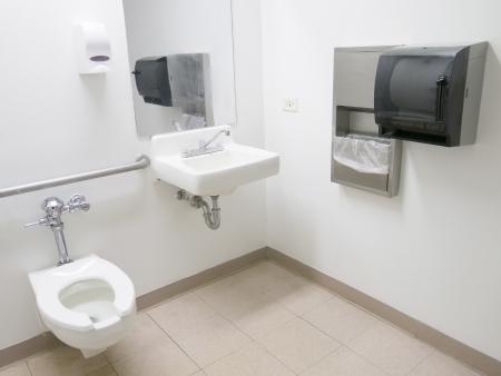 Propre salle de bains de l'hôpital public avec main courante et au savon distributeur de serviettes en papier Banque d'images - 21746435