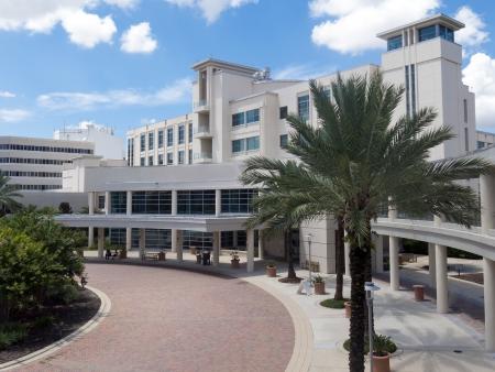 Frente a la entrada de un hospital moderno con la palma paisaje de �rboles y cielo azul