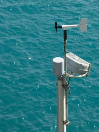 encrespado: Estaci�n meteorol�gica sobre un oc�ano Turqouise entrecortado