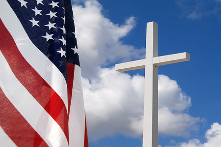 banderas america: Bandera de los Estados Unidos con la Cruz indicando Dios y País Foto de archivo
