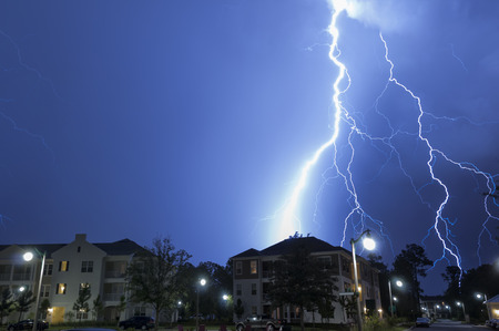 Massive blikseminslag in een wijk Stockfoto