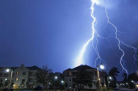 Massive blikseminslag in een wijk