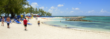 CocosCay, BAHAMAS - 26. Mai 2015: Sandstrand mit Menschen genießen Sonne und Spaß an einem sonnigen Tag