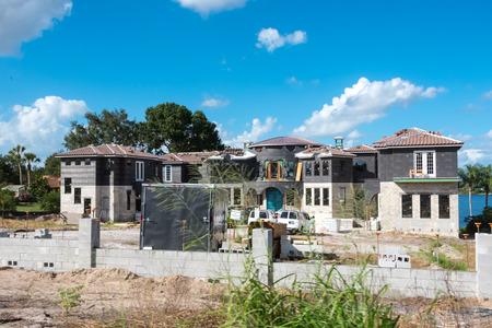 Grande costruzione multipla blocco livello casa con ingresso Gran porta