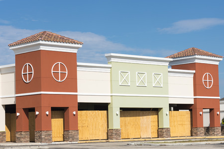 anuncio publicitario: Construcción de un edificio comercial colorido tapiada para mantener al público de cualquier daño Foto de archivo