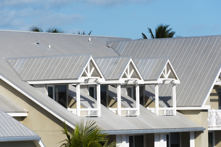 Steel roofing on modern apartment condo building for hurricane protection Standard-Bild