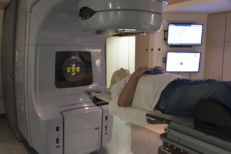 líneas máscara que muestra láser de terapia de radiación del paciente para atacar a las células cancerosas en el cerebro Foto de archivo