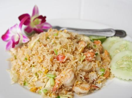 huevos fritos: arroz frito tailand�s tradicional con camarones