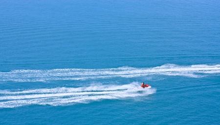 moto acuatica: JETSKI racing en un agua azul como fondo  Foto de archivo