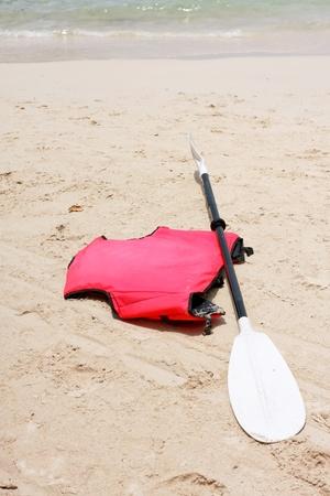 fibra de vidrio: Fibra de vidrio la hoja y el rojo chaleco salvavidas en la playa Foto de archivo