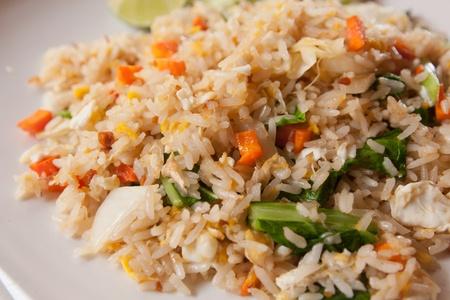 huevos fritos: arroz frito con vegetales