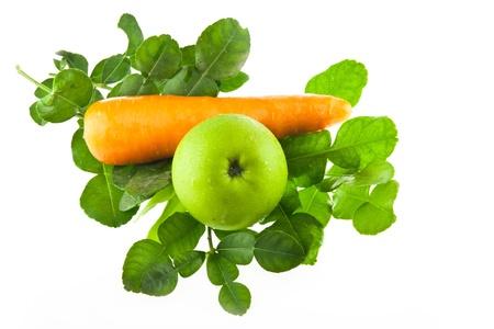 fra�ches feuilles de lime kaffir, la carotte et la pomme verte fruits isol� sur blanc