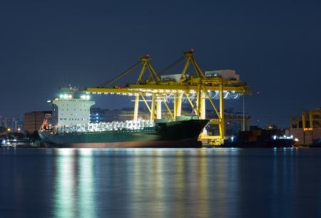 Cargo Container avec pont roulant de travail dans le chantier de la rivi�re au cr�puscule pour l'importation de fond Logistique Export proximit�