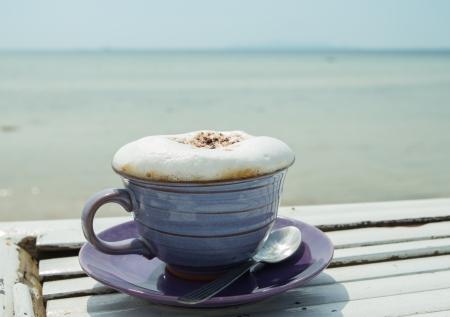 tasse de caf� chaud avec un fond de mer Banque d'images
