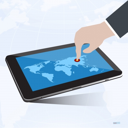 Main presse pointeur de but sur �cran de la tablette avec la carte du monde, le concept de r�ussite