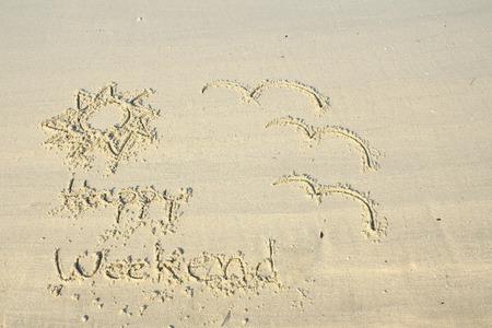 Week-end heureux �crit sur le sable de la plage