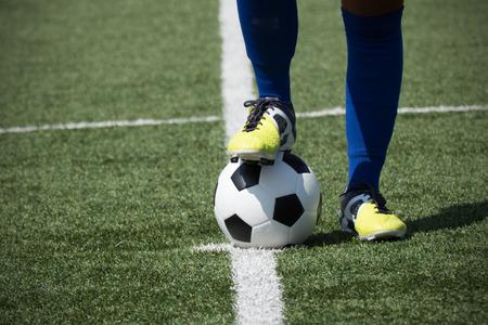 Les pieds du joueur de football sur le ballon Banque d'images