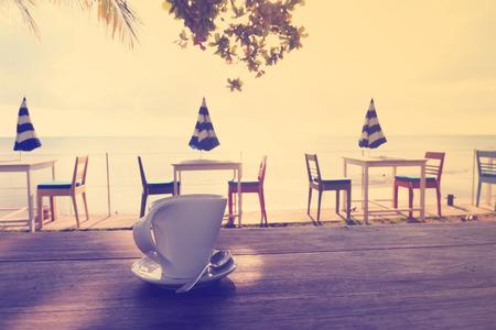 tarde de cafe: Tarde descanso para tomar caf� en la playa en el estilo vintage