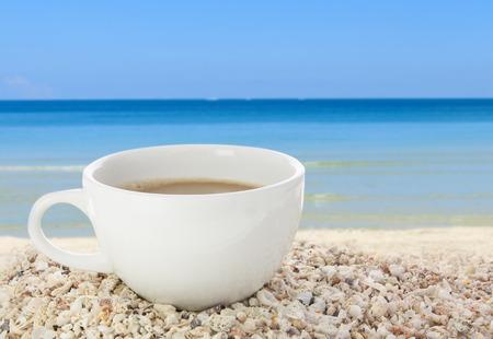 Matin tasse de caf� sur fond de plage coquillage