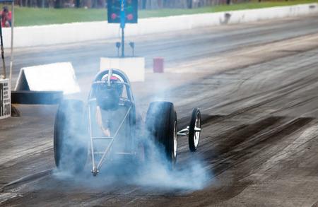 Nitro Kraftstoff-Rennwagen Aufheizen der Reifen. Standard-Bild
