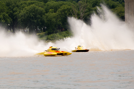 Madison, Indiana  - July 2, 2016:  Two drivers race in the National Modified Saturday qualification heat #3 at the Madison Regatta in Madison, Indiana, July 2, 2016. Фото со стока - 59324042