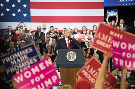 Louisville, Kentucky – March 20, 2017: President Donald J. Trump addresses a crowd at a rally inside Freedom Hall in Louisville, Kentucky, on March 20, 2017. 新聞圖片