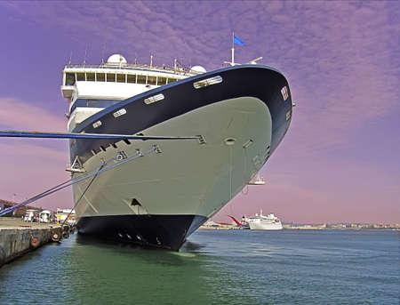 cruiseship: Cruiseship atrac� en Palma de Mallorca en la noche  Foto de archivo