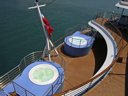 cruiseship: Piscinas en la parte inferior cubierta de un cruiseship