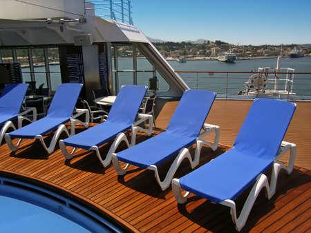 cruiseship: Cerca de la piscina en un mediterr�nea cruiseship