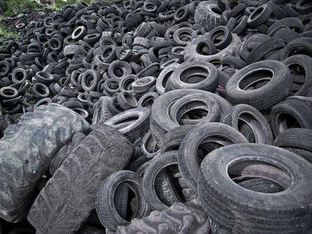 stockpiling: Un mont�n de neum�ticos viejos objeto de dumping en un vertedero en Espa�a  Foto de archivo