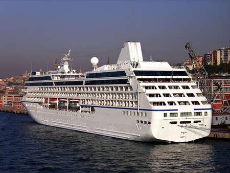 cruiseship: Cruiseship tur�stica en el puerto de Estambul (Turqu�a)  Foto de archivo