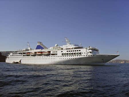 cruiseship: De barcos de crucero que llegan a la costa de Santorini en Grecia Foto de archivo