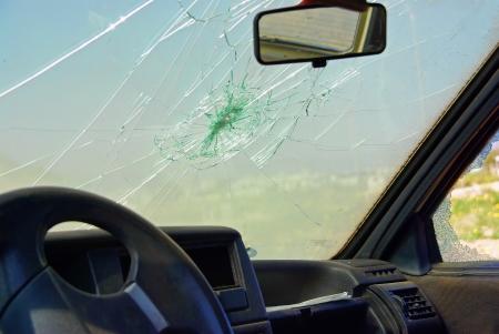 クラッシュ後に破損した車ウィンドウ