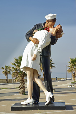 Kissing Sailor sculpture in the port of CivitaVechia (Rome - Italy) Imagens