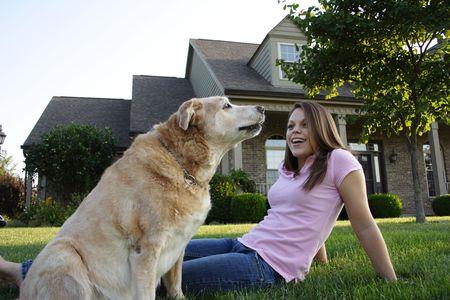 femme et chien: Jeune femme et chien  Banque d'images