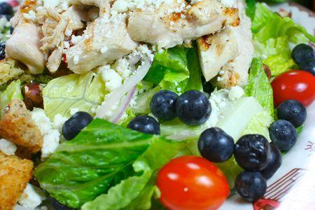 新鮮なブルーベリーと鶏のサラダ