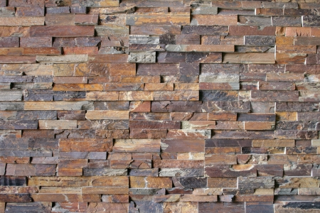 Flagstone bakstenen vormen een abstract patroon rond een open haard