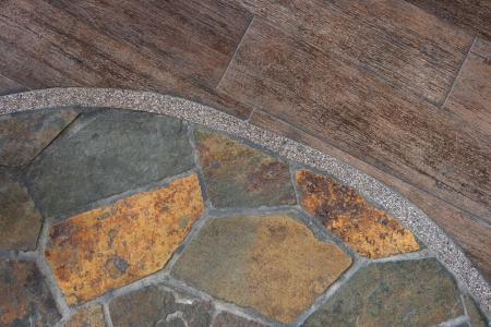 La frontera entre revestimientos de madera y losa vieja crear un patr�n abstracto