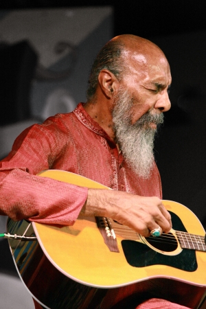 Richie Havens performs his magic before an appreciative music festival audience.